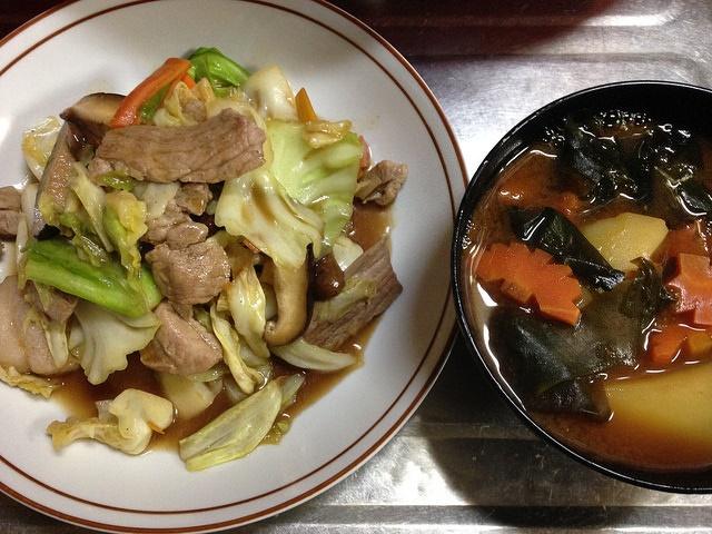野菜炒めとお味噌汁